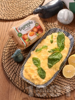 Яйчена салата с майонеза, горчица, босилек и яйца Багрянка - снимка на рецептата